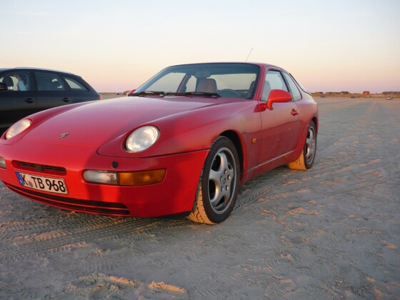 Roter 968 auf Sand