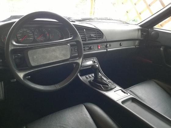 Innenraum Porsche 944 mit Türtafeln, Mittelkonsole und Warnblinkschalter vom 968
