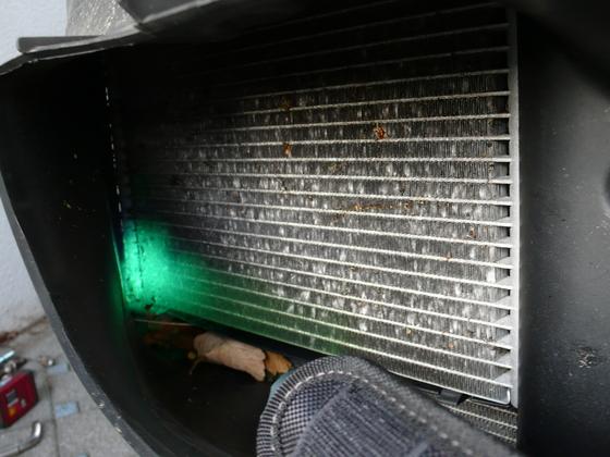 Klimakondensatoren getauscht - Lüftungsgitter installiert